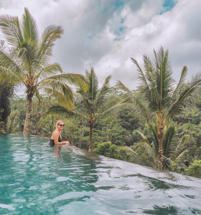 10 piscine infinity în Bali cu o priveliște uluitoare!